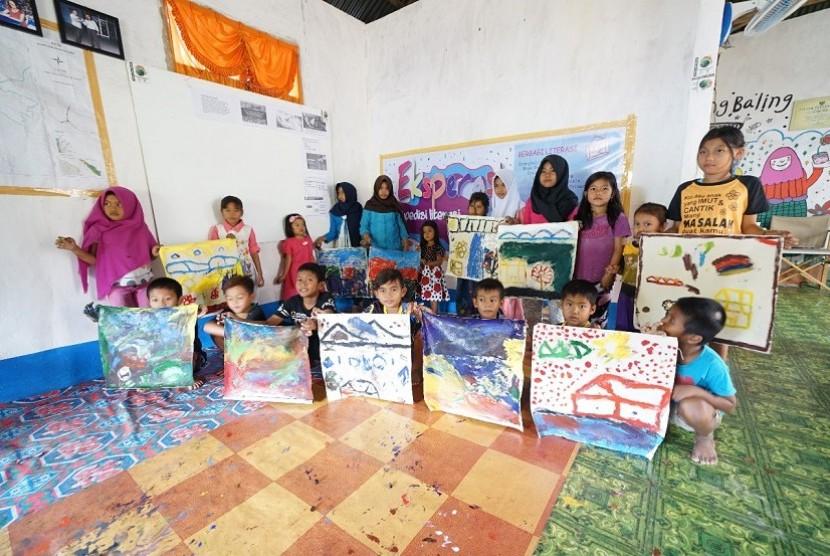 Azzura dan Arung menggelar kegiatan membaca bersama masyarakat pedalaman di Riau.