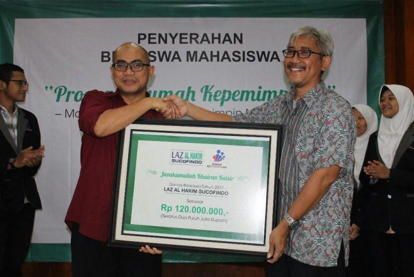 Bachtiar Firdaus selaku Direktur Eksekutif Rumah Kepemimpinan bersalaman dengan perwakilan LAZ Al-Hakim Sucofindo Dedy Shafarduin dalam acara penyerahan bantuan beasiswa di Auditorium Rumah Kepemimpinan, Jakarta, Selasa (15/5) malam.