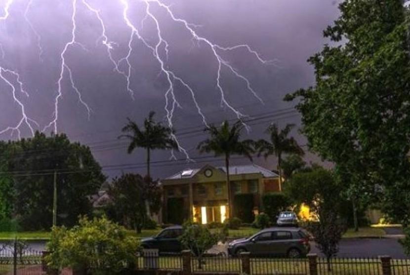 Badai petir menyambar di kawasan East Killara, Sydney utara.