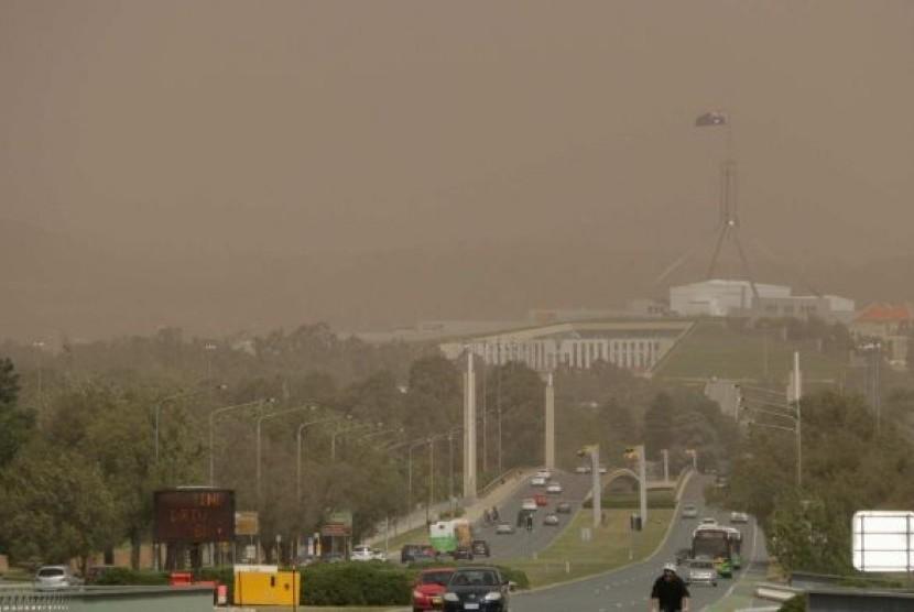 Badan Layanan Kedaruratan (ESA) memperingatkan para pengendara untuk waspada terhadap pohon tumbang dan dahan pohon akibat badai debu di Canberra, Australia.