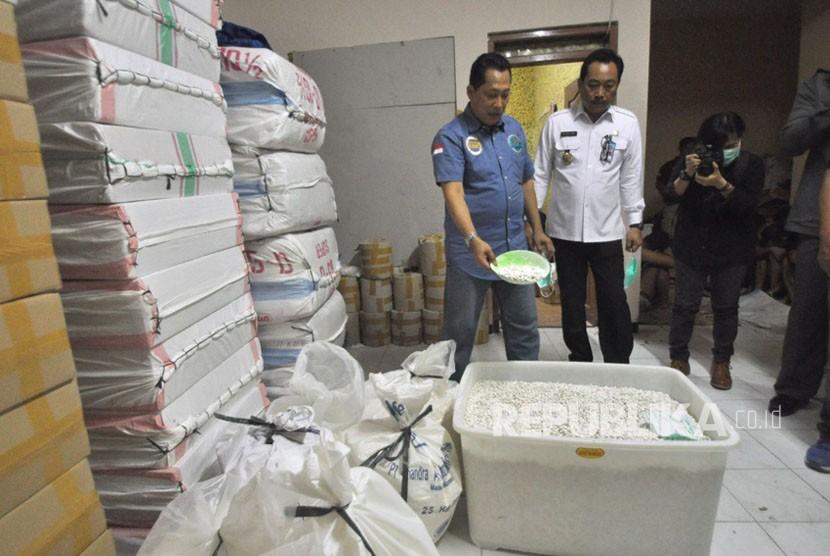 [ilustrasi] Badan Narkotika Nasional (BNN) menggerebek tempat produksi pil Paracetamol Caffein Carisprodol (PCC) ilegal di wilayah Kota Semarang serta Kota Surakarta, Jawa Tengah. Tempat produksi pil PCC ini disebut- sebut yang terbesar selama dari pengungkapan sebelumnya yang pernah dilakukan oleh BNN.