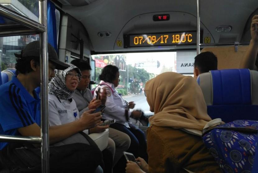 Badan Pengelola Transportasi Jabodetabek (BPTJ), Jasa Marga, dan Pengelola Mega City Bekasi menggelar Uji Coba Bus Transjabodetabek Premium di depan Giant Mega Mall Bekasi, Kamis (7/9).