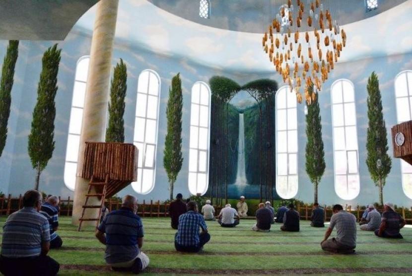 Bagian dalam Masjid Hamidiyah di Turki.