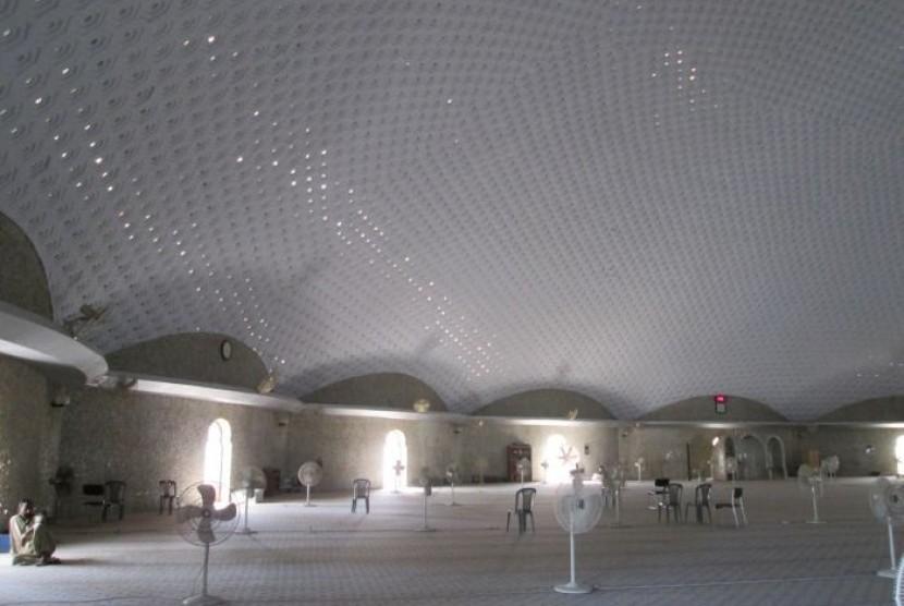 Bagian dalam Masjid Tooba, Pakistan.