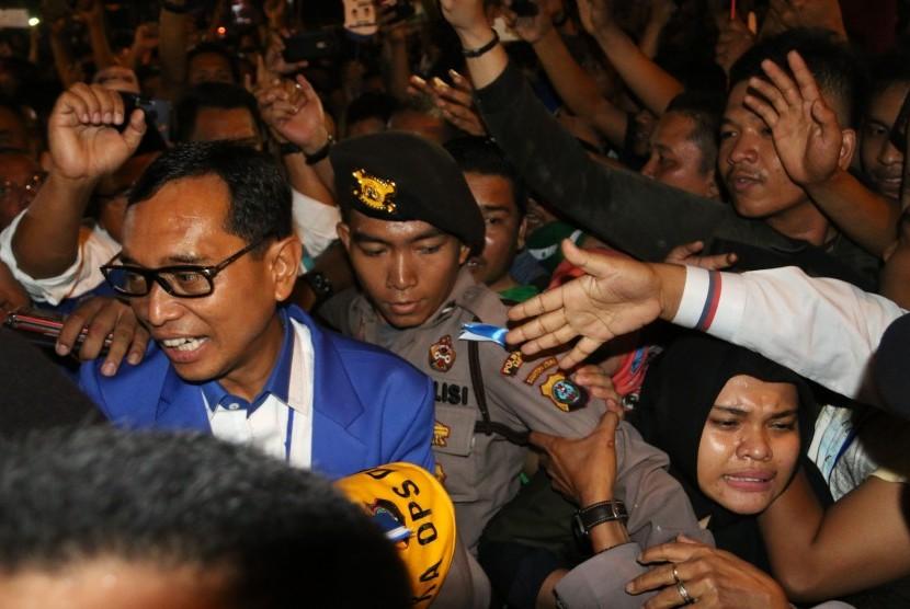 Bakal calon Gubernur Sumatera Utara JR Saragih (kiri) disambut pendukungnya seusai mengikuti sidang putusan sengketa Pilkada di Gedung edung Badan Pengawas Bawaslu, di Medan, Sumatera Utara, Sabtu (3/3).