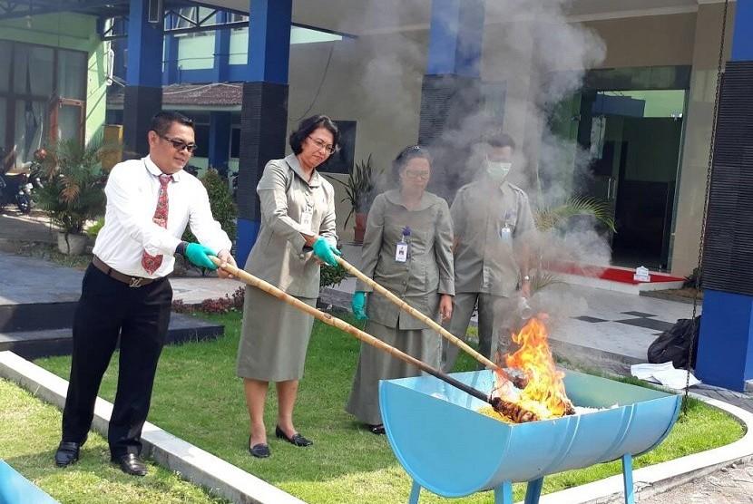 Balai Pengawas Obat dan Makanan diYogyakarta pemusnahan dengan membakar mie basah mengandung formalin sebanyak 75 kilogram di halaman BBPOM di Yogyakarta, Senin (12/6).