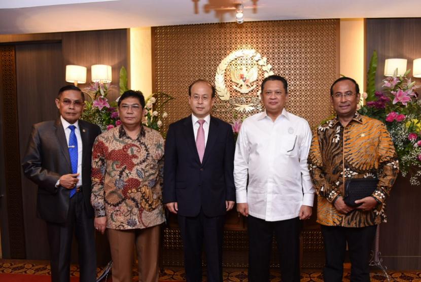 Bamsoet saat menerima Duta Besar RRT untuk Indonesia Xiao Qian di ruang kerja Ketua DPR, Jakarta, Rabu (18/4) lalu.