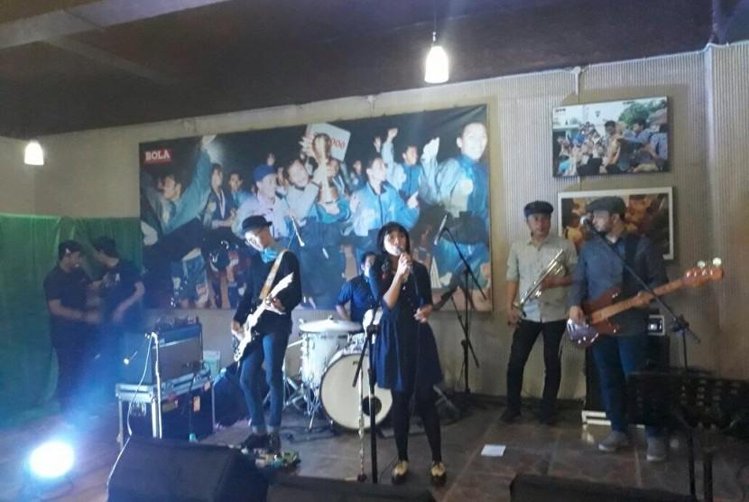 Band asal Bandung, Mocca saat tampil di Mess Persib, Kamis (7/9).
