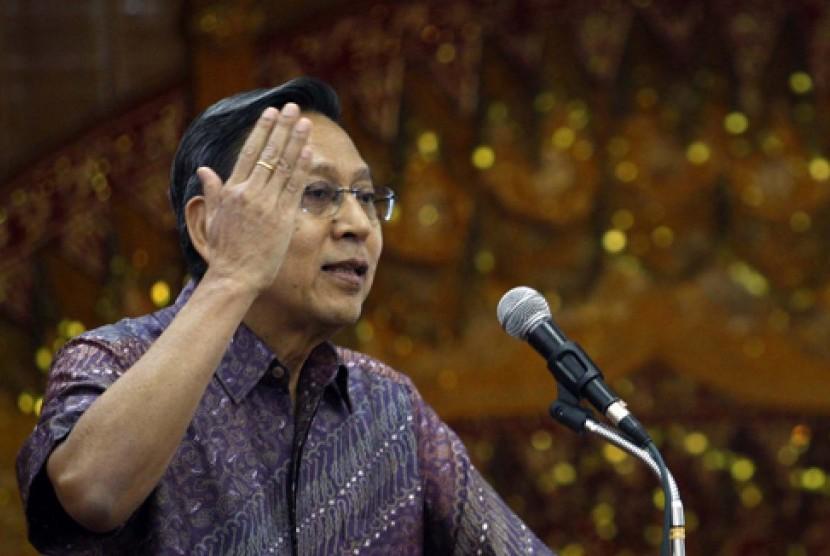 BANDA ACEH, 13/4 - FUNGSIKAN EWS. Wapres Boediono memberikan arahan pada pertemuan dengan muspida Aceh di Banda Aceh, Jumat (13/4). Wapres meminta pihak terkait memfungsikan Early Warning System (EWS) tsunami di Aceh, menata kembali jalur evakuasi