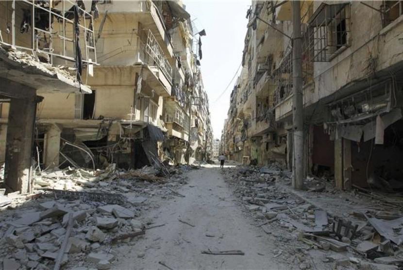Bangunan hancur lebur akibat pertempuran yang melibatkan gerilyawan Pasukan Pembebasan Suriah (FSA) dan pasukan pemerintah di Distrik Salah Edinne, Aleppo, Suriah, pada Kamis (9/8).