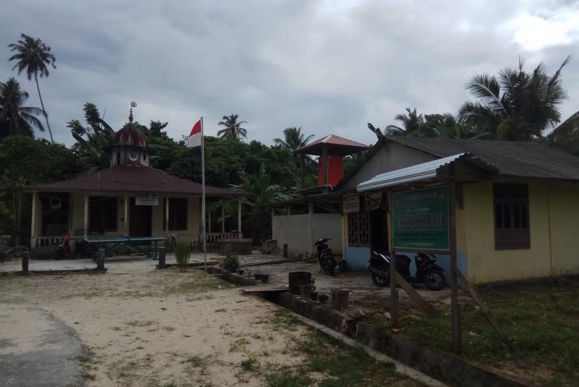 Bangunan masjid dan kantor Desa Rapa-rapa Melayu yang dipakai untuk sarana pendidikan MA Bahrul Ulum, Pulau Tello, Nias Selatan.
