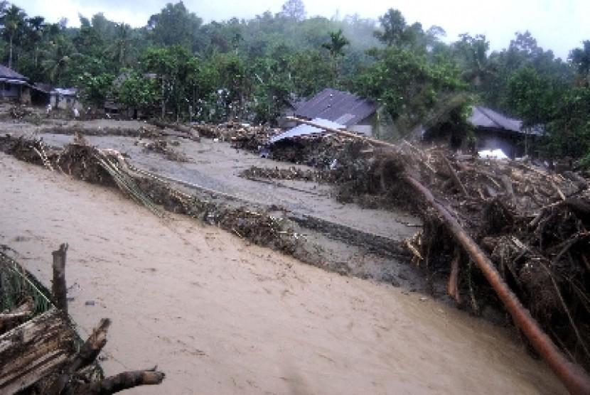 Banjir bandang menghanyutkan jutaan kubik kayu gelondongan hasil illegal logging di Aceh (ilustrasi).