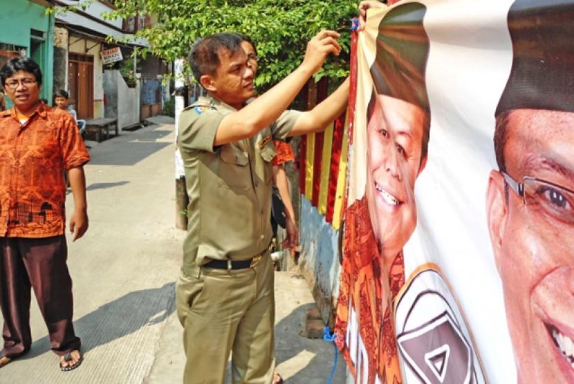 Banner Hidayat Didik dipasang kembali.