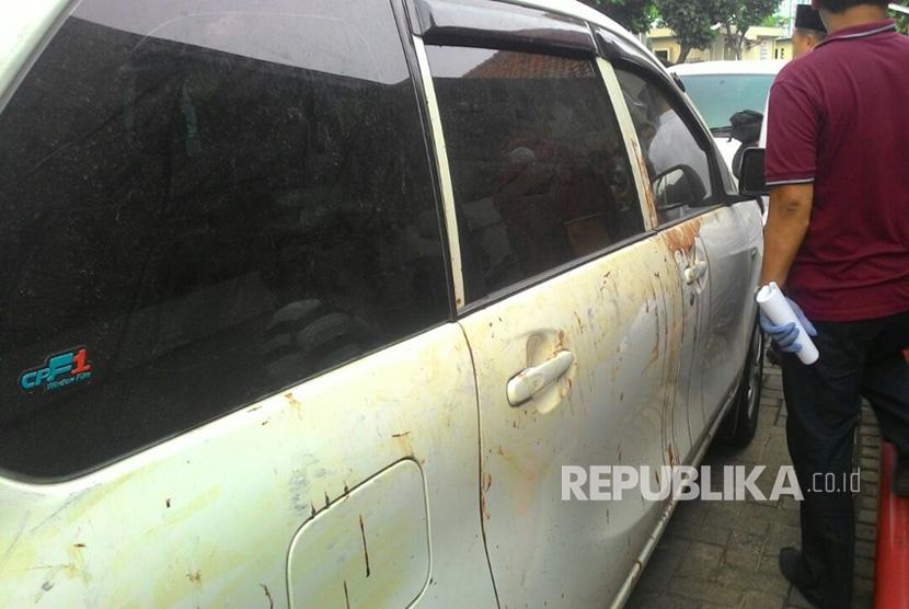 Barang bukti mobil Avanza putih B 1068 ZFT yang merupakan mobil korban pembacokan pakar IT ITB, Hermansyah sedang dilakukan identifikasi oleh pihak kepolisian Polres Depok dan Polres Jakarta Timur di RS Hermina, Depok, Ahad (9/7).