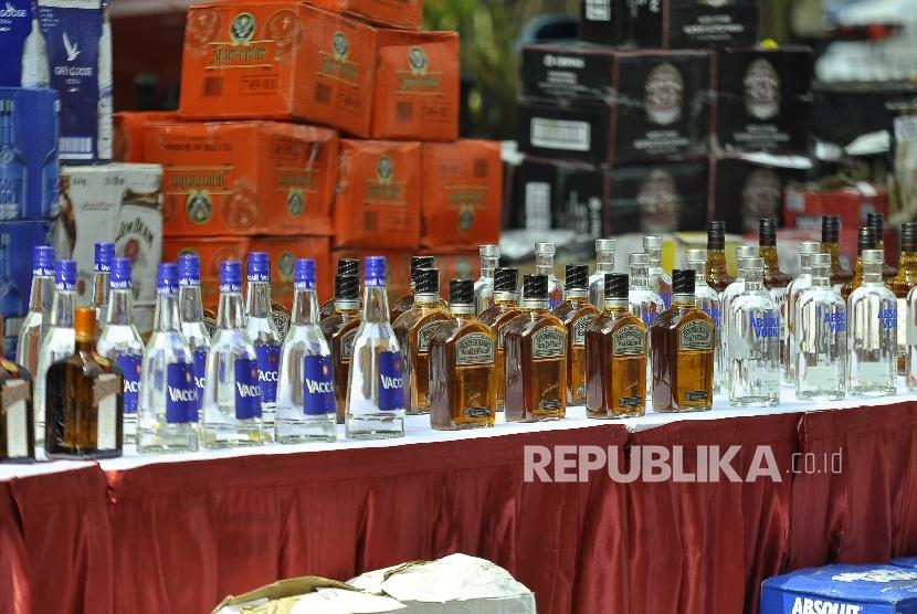 Barang bukti ribuan botol minuman keras saat rilis kasus penyelundupan minuman keras ilegal di Polda Metro Jaya, Jakarta, Senin (18/9)