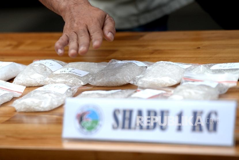 Barang bukti sabu dan ekstasi ditunjukkan saat rilis barang bukti di Polda Metro Jaya, Jakarta, Ahad (3/9).