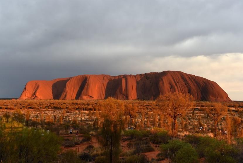 Australia Larang Wisatawan Panjat Batu Uluru