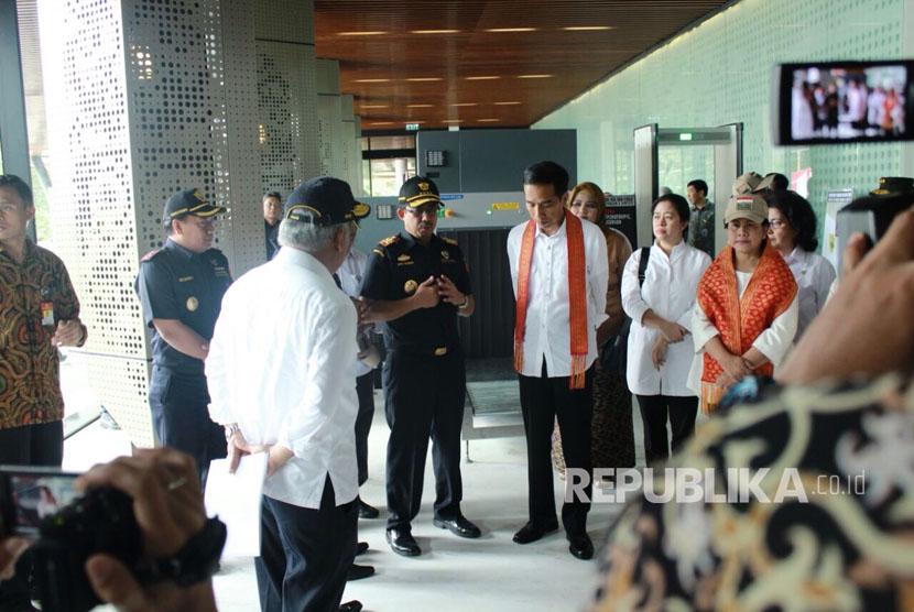 Presiden Jokowi mendengarkan paparan dari Direktur Jenderal Bea Cukai, Heru Pambudi saat peresmian Pos Lintas Batas Negara (PLBN) Terpadu Aruk, Kabupaten Sambas, Kalimantan Barat, Jumat (17/3).