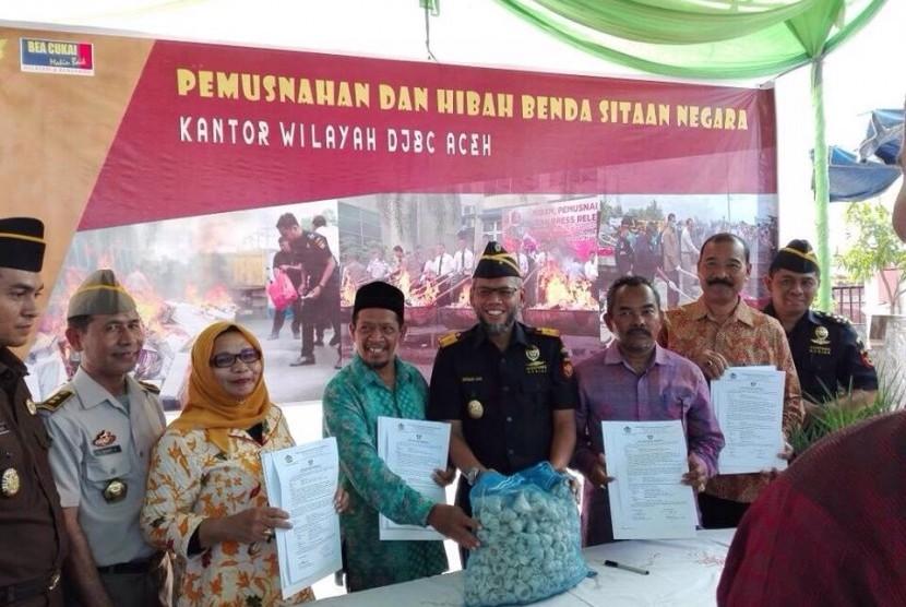 Bea Cukai Aceh hibahkan bawang sitaan
