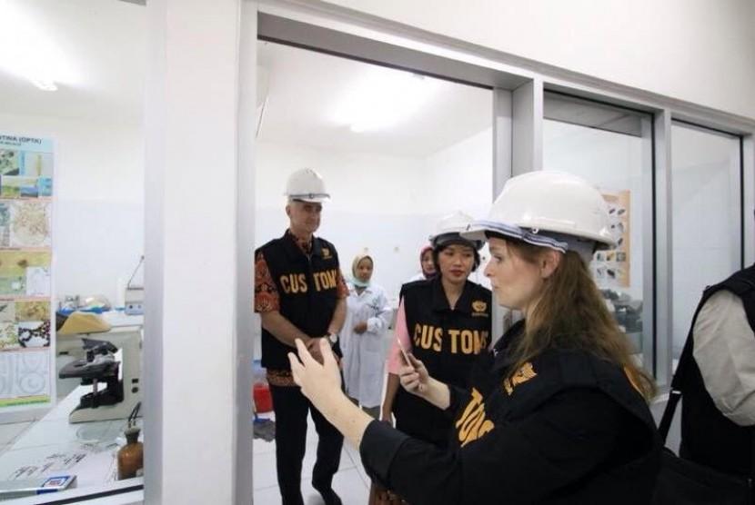 Bea Cukai Belanda mengunjungi Bea Cukai Tanjung Perak.