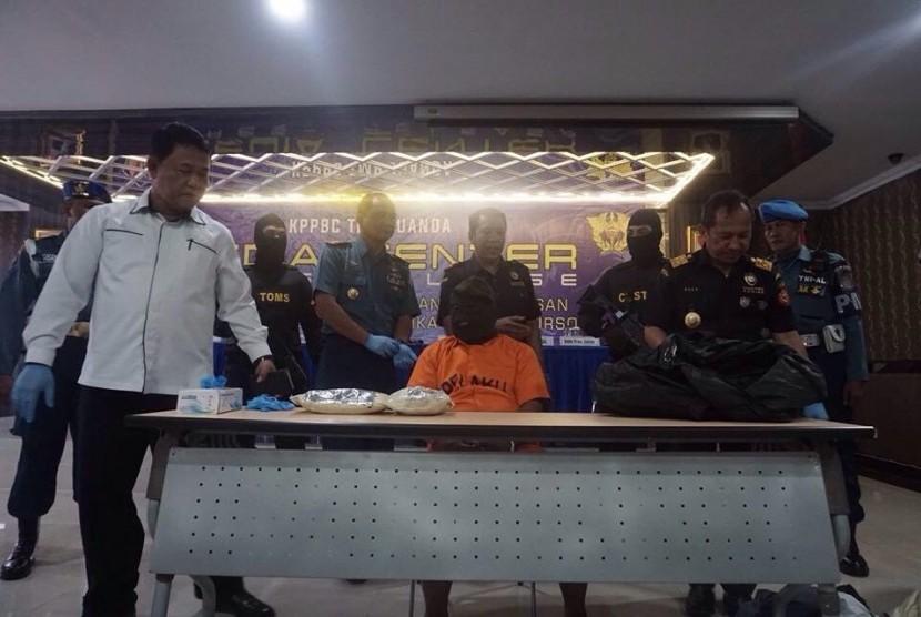 Bea Cukai Juanda membekuk seorang penumpang pesawat berinisial MS (53) karena dicurigai membawa narkotika pada Selasa (22/8).