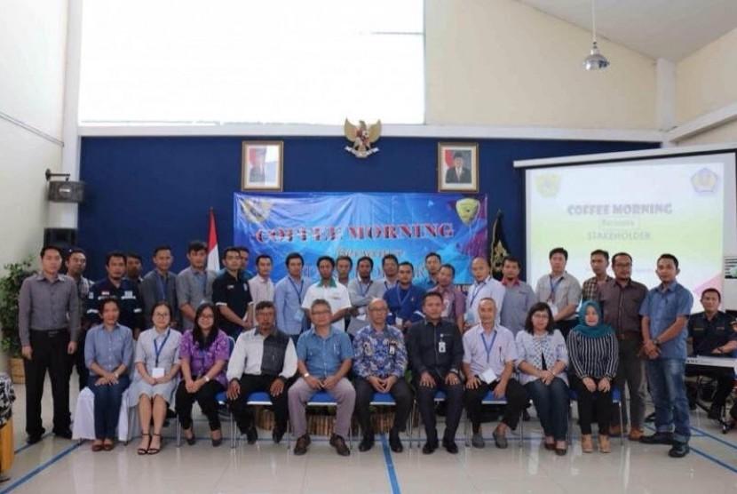 Bea Cukai Lampung ialah dengan mengundang para pengguna jasa kepabeanan dan cukai di daerah Lampung dalam acara coffee morning di Kantor Bea Cukai, pada Kamis (13/4).