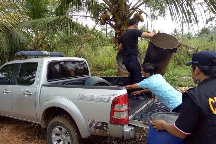 Bea Cukai Malang amankan gudang miras ilegal.