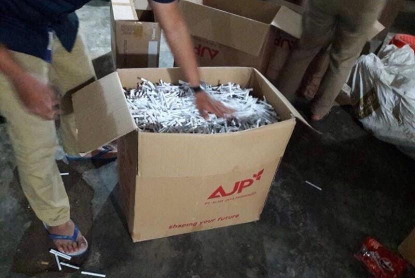 Bea Cukai Malang kembali menggerebek rumah yang digunakan sebagai tempat penyimpanan rokok ilegal.
