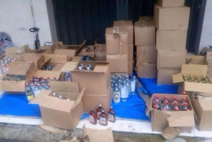 Bea Cukai Malang menyita botol miras ilegal.
