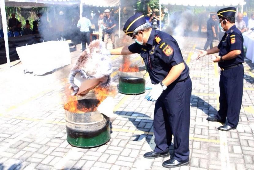 Bea Cukai Ngurah Rai memusnahkan barang ilegal senilai ratusan juta.