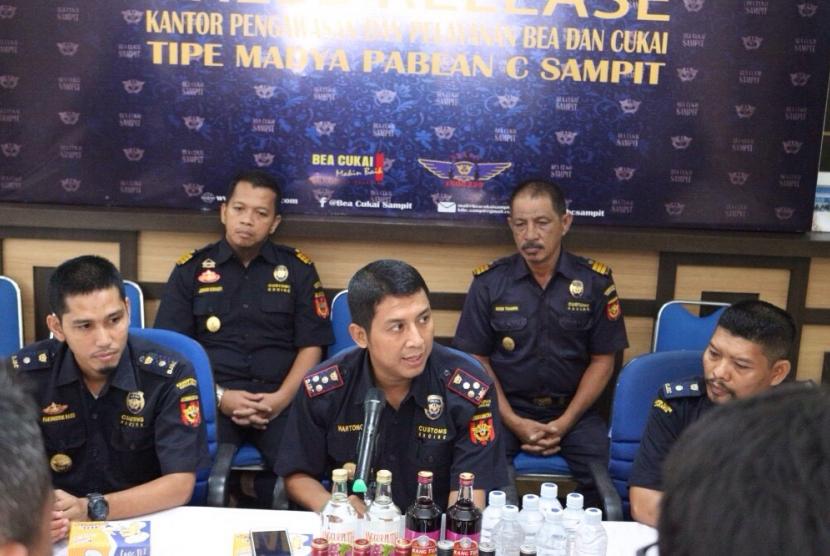 Bea Cukai Sampit sita ribuan botol Minuman Mengandung Etil Alkohol (MMEA) pada Jumat (8/9) lalu.