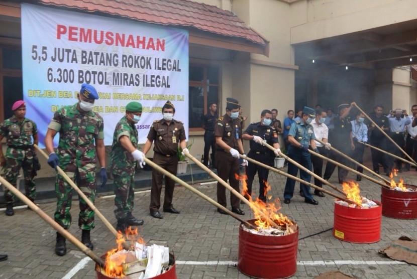 Bea Cukai Sulawesi musnahkan miras dan rokok ilegal, Rabu (24/5)