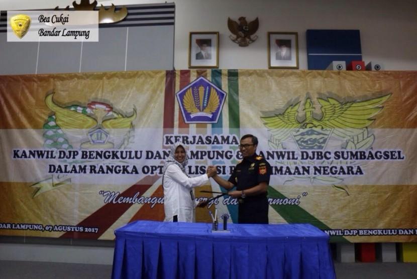 Bea Cukai Sumatra Bagian Selatan bersama dengan Kantor Wilayah DJP Bengkulu dan Lampung melakukan in house training dan penandatanganan keputusan bersama terkait joint analysis. Kepala Kantor Wilayah Bea Cukai Sumatra B