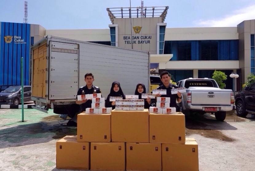 Bea Cukai Tanjung Balai Karimun 844 botol minuman mengandung alkohol, 1.141.232 batang rokok ilegal, 505 karung pakaian bekas dan barang bekas lainnya di halaman Mako Brimob Tanjung Balai Karimun, Kamis (3/8).
