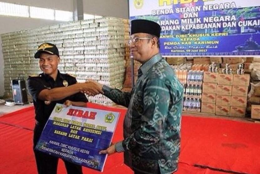 Bea Cukai Tanjung Balai Karimun menghibahkan barang kebutuhan pokok