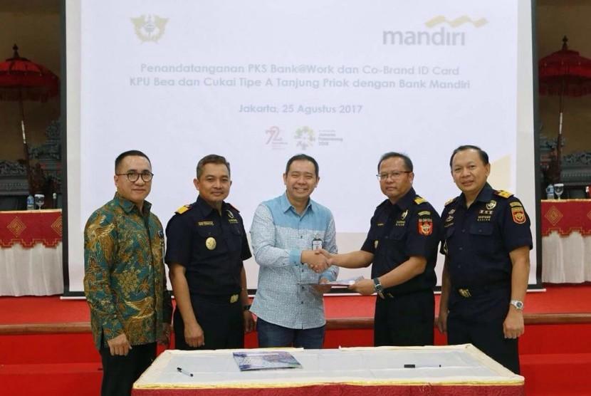 Bea Cukai Tanjung Priok bekerja sama dengan PT Bank Mandiri Tbk menerbitkan kartu pegawai yang terintegrasi dengan kartu pembayaran e-money.