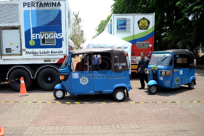 Beberapa Bajaj antre mengisi BBG di Envogas Pertamina, Lapangan Banteng, Jakarta Pusat, Senin (5/10).