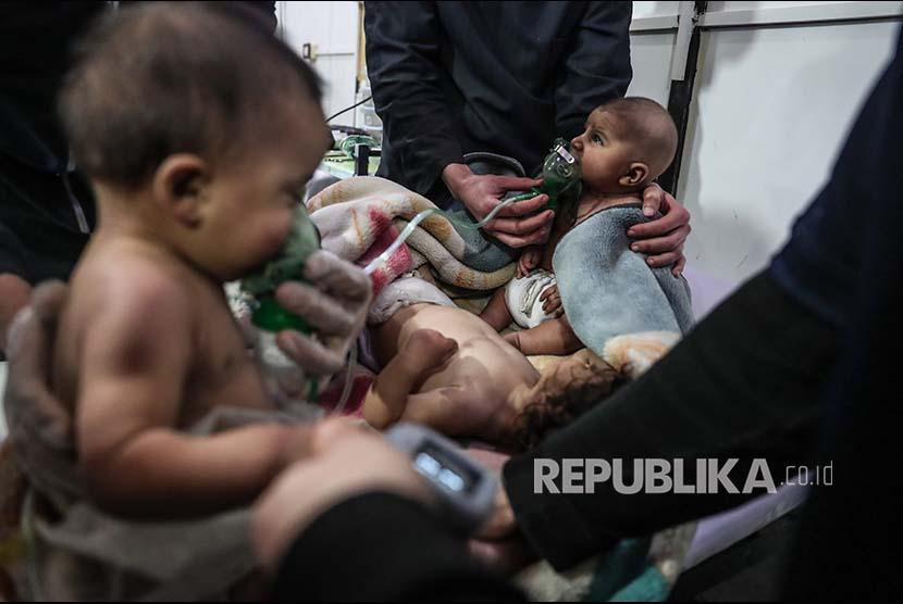 Beberapa bayi memperoleh penanganan medis setelah terpapar gas beracun di Desa Shifunieh, Ghouta Timur, Suriah, Ahad (25/2).