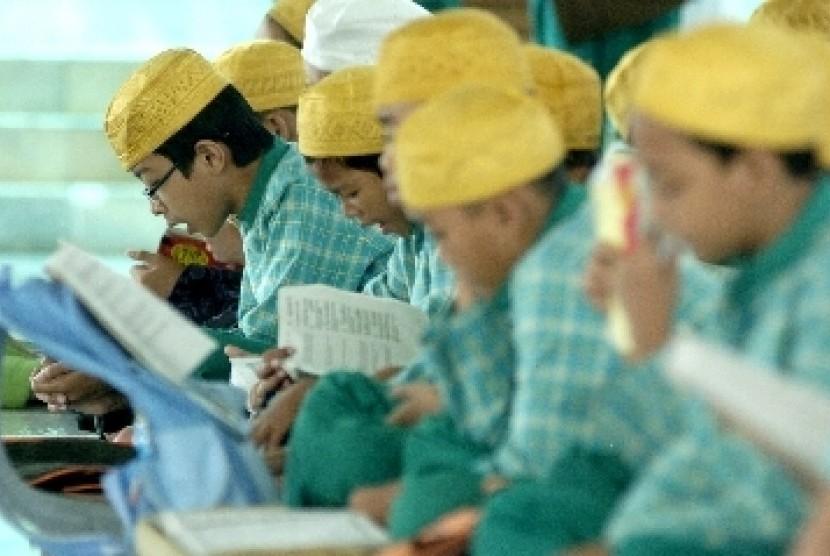 Beberapa bocah tampak khusyuk mengaji di sebuah masjid (ilustrasi).