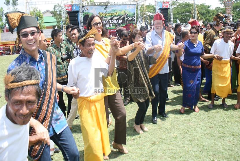 Beberapa Duta Besar Mengikuti penutupan Lovely Toraja dan menari Ma'bugi.