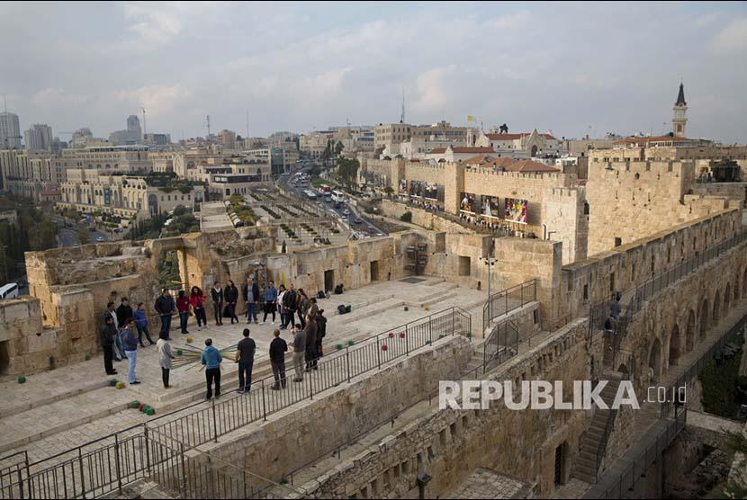 Beberapa orang Israel di Menara Nabi Daud, Yerusalem, Palestina (Ilustrasi).