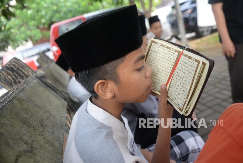 Beberapa santri melakukan tilawah di PPPA Daarul Quran, Tangerang, Banten.  (Republika/Wihdan)