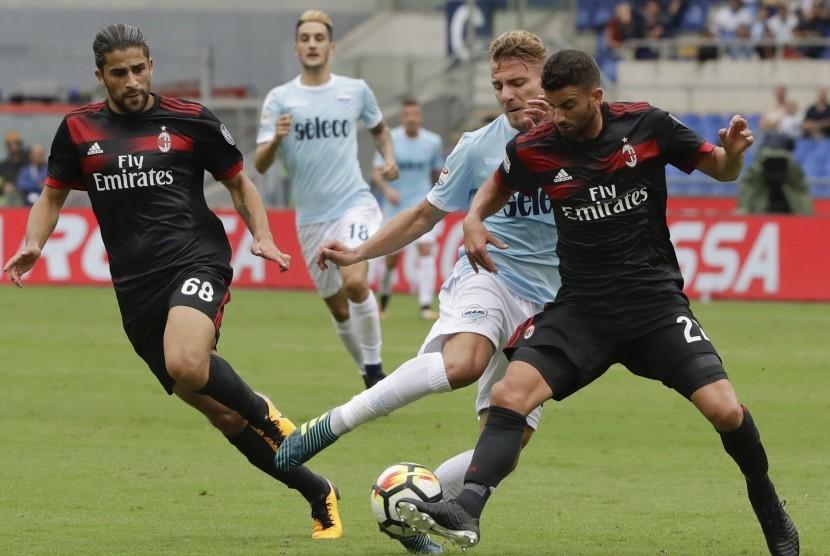 Bek AC Milan, Ricardo Rodriguez beraksi pada laga Serie A lawan Lazio di Stadion Olimpico, Ahad (10/9). Milan kalah 1-4 pada laga ini.