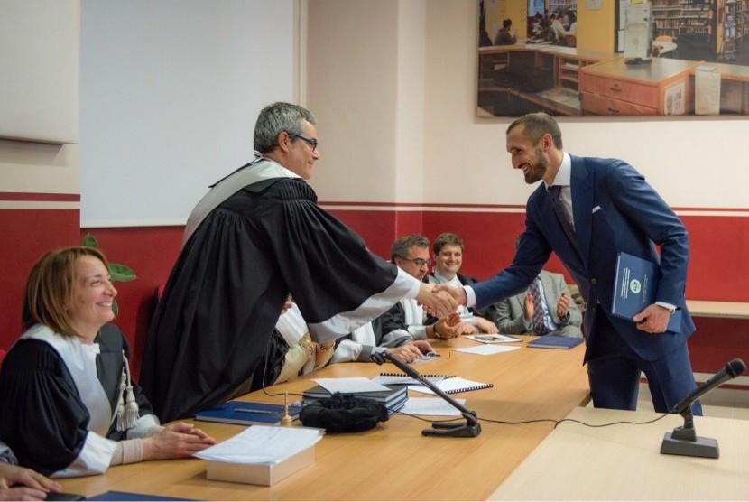 Bek Juventus, Giorgio Chiellini (kanan) saat menerima gelar Master dari Universitas Turin, Kamis (6/4).