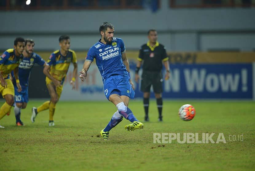 Bek Persib Vladimir Vujovic mencetak gol kemenangan Persib dari titik putih.