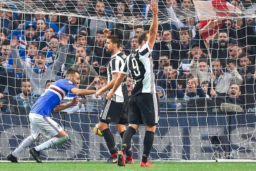 Bek Sampdoria Gian Marco Ferrari (kiri) mencetak gol pada laga Liga Italia Serie A antara Sampdoria melawan Juventus Fc di Stadion Luigi Ferraris, Genoa, Italia, Ahad (19/11) malam WIB.