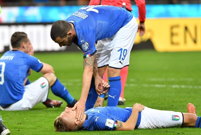 Bek Timnas Italia, Leonardo Bonucci, bersama rekannya Ciro Immobile tidak mampu menutupi kekecewaannya usai gagal meraih tiket Piala Dunia 2018 usai ditahan imbang Swedia 0-0 di Stadion Giuseppe Meazza, Milan, Italia, Senin (13/11).