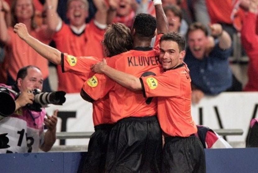 Timnas Prancis melakukan selebrasi usia menjuarai Piala Eropa 2000. Prancis sebelumnya sukses menjuarai Piala Dunia 1998.