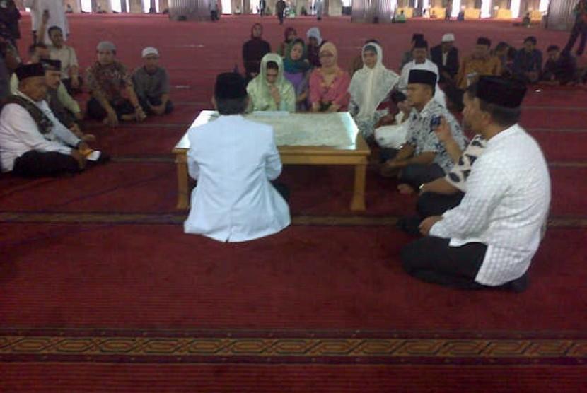 Bella Saphira saat mengucap dua kalimat syahadat di Masjid Istiqlal, Jakarta, Jumat (26/7)