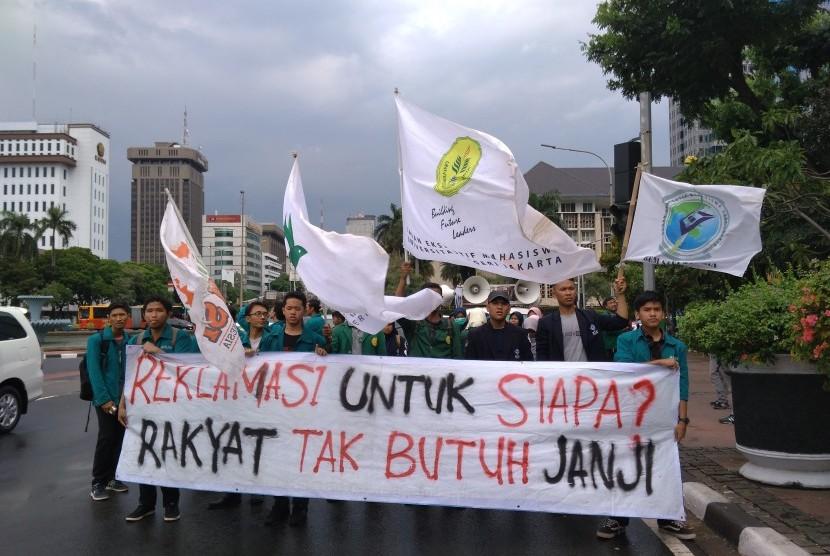 BEM se-Indonesia menggelar unjuk rasa, Senin (16/10).